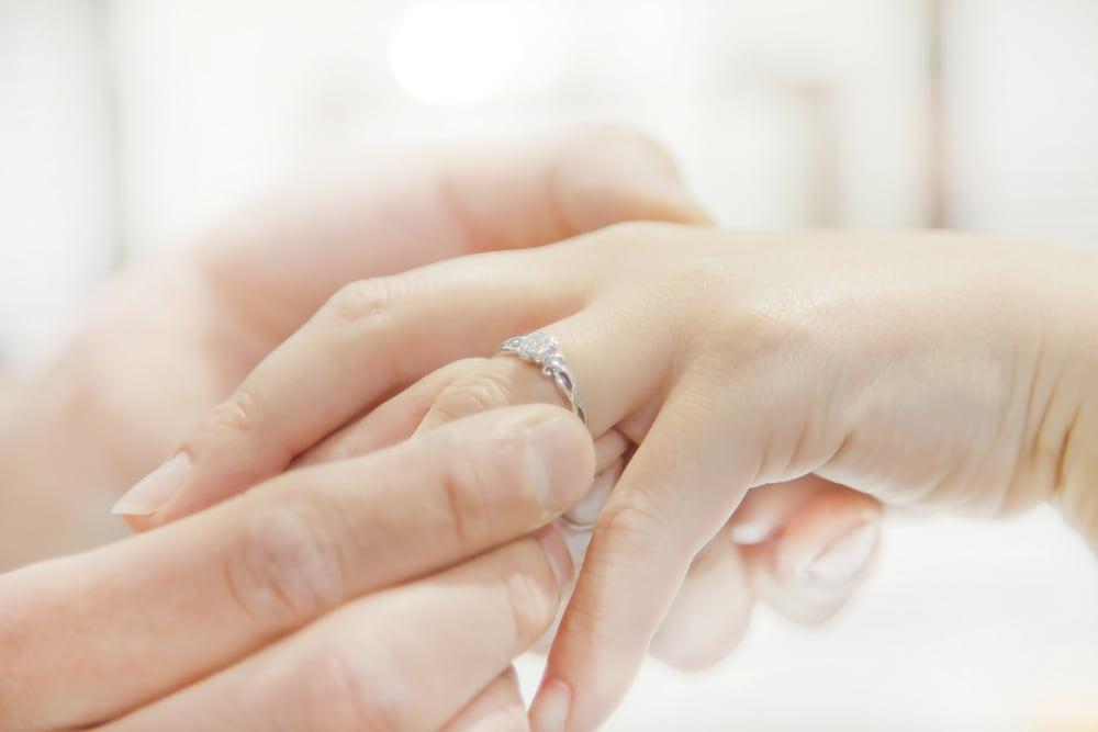 朝起きたら薬指に指輪があったサプライズプロポーズのイメージ