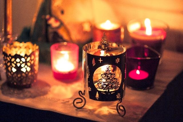 キャンドルで部屋を飾ってサプライズプロポーズのイメージ