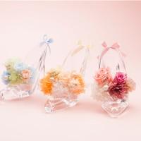 花びらにメッセージを込めてプロポーズのイメージ