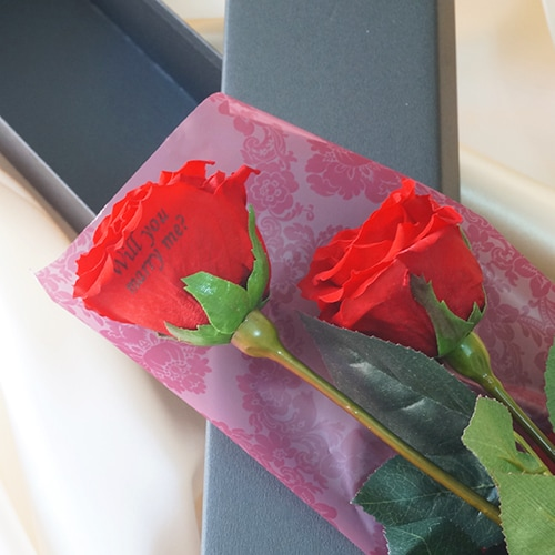 こちら一番人気のバラの一輪茎付き。 バラ一本でシンプルかつエレガントな装いに。のイメージ