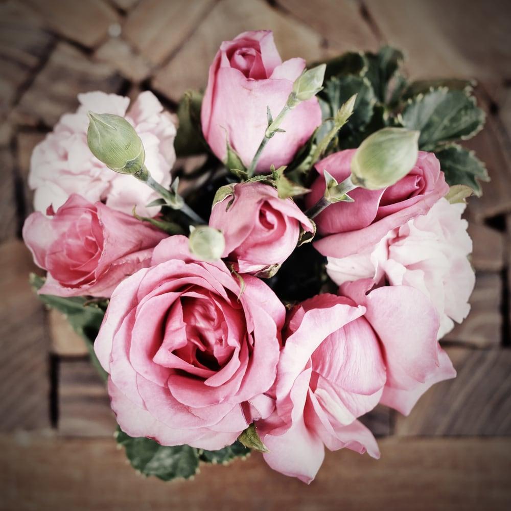ピンクは愛らしくキュートな女性にぴったりのイメージ
