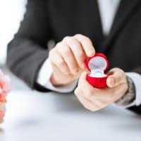 花束でプロポーズをロマンチックに演出する方法のイメージ