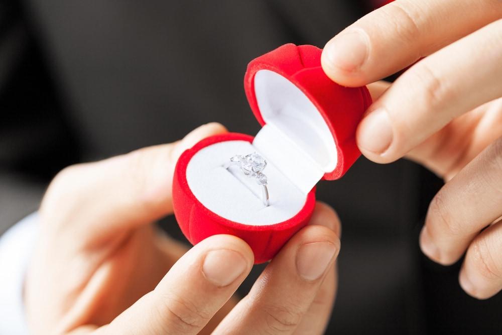 婚約指輪の理想的な渡し方のイメージ