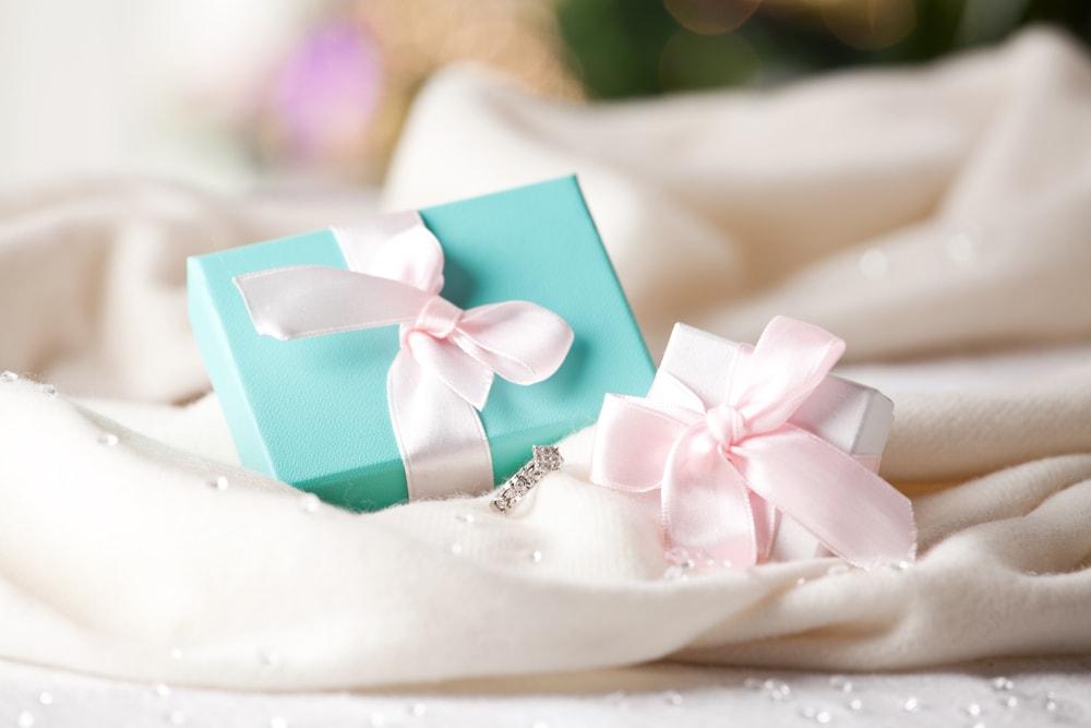 プロポーズの際、指輪と共に贈りたいオススメのプレゼント5選のイメージ