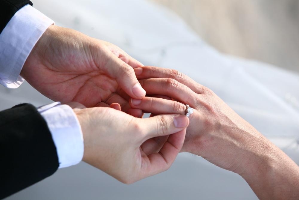 プロポーズに婚約指輪は必要?理想の婚約指輪の値段とは?のイメージ